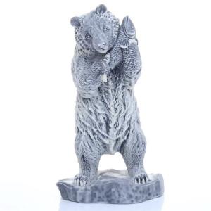 Медведь белый с рыбой