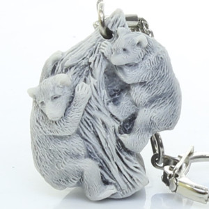 Два медвежонка на дереве (барельеф) / брелок