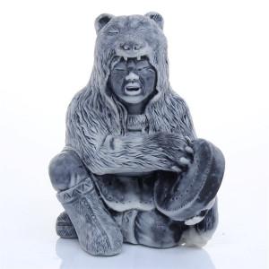 Шаман в шкуре медведя с бубном